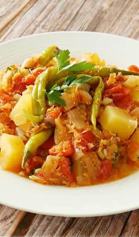 Bacalao Navideño served on a white plate.